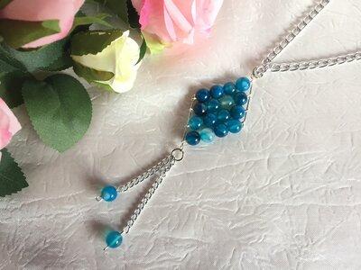 Collana lunga con pendente a rombo composto da perle di agata blu striata