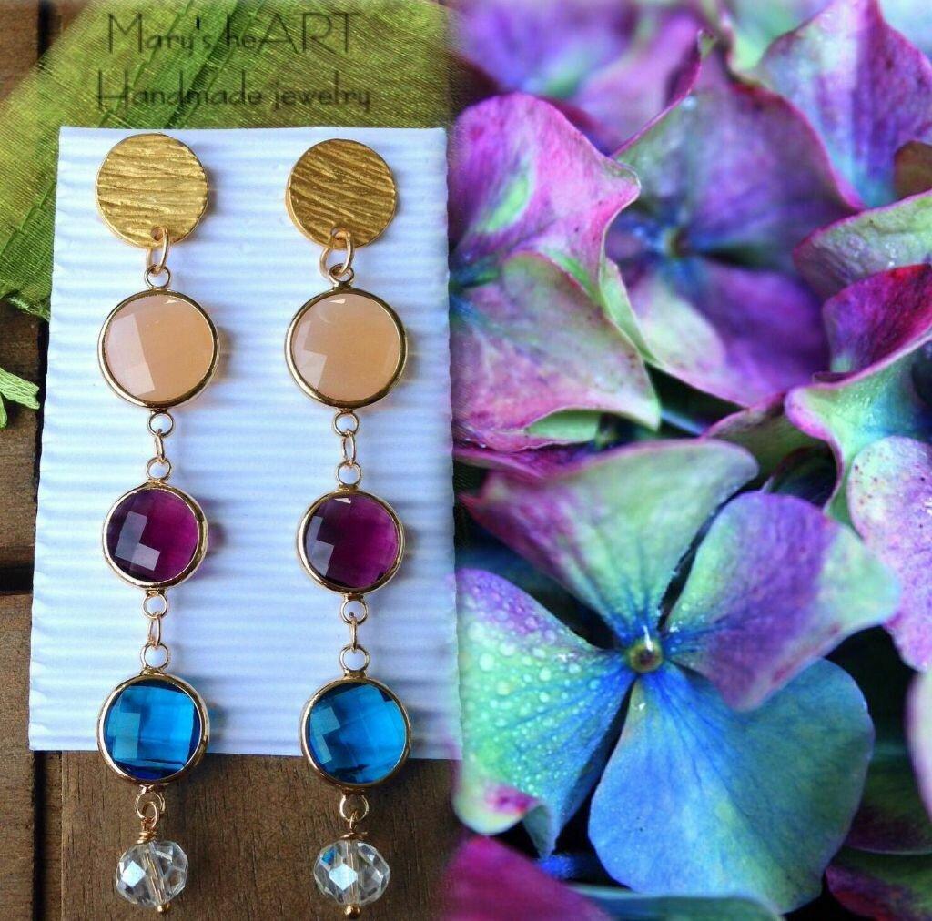 Orecchini pendenti con perni in zama dorata, cristalli e perle coltivate