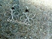 Orecchini wire in alluminio a forma di farfalla e perla nera