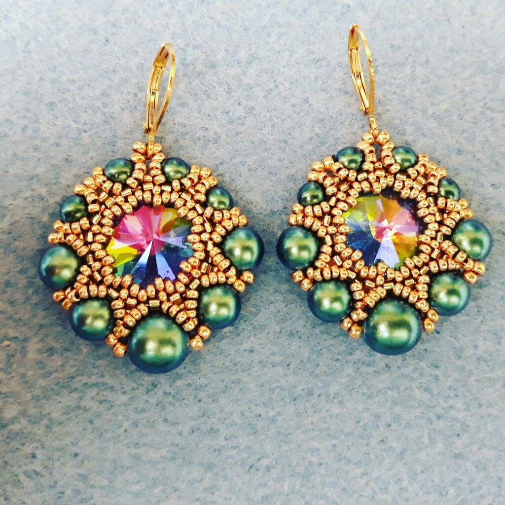 Orecchini con perle verdi e rivoli multicolor