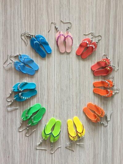 Orecchini estivi a forma di infradito con applicazione di mini cristalli - Disponibili in diversi colori