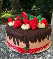 Copritorta decorato, torta fragole e panna