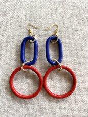 Orecchini a cerchio in resina blu e rossi