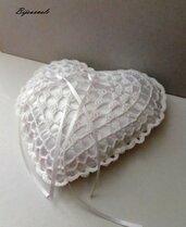Cuscino portafedi a forma di cuore ad uncinetto