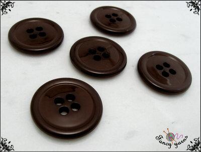 5 grandi bottoni mm.27, in poliestere lucido,  colore marrone, attaccatura a 4 fori