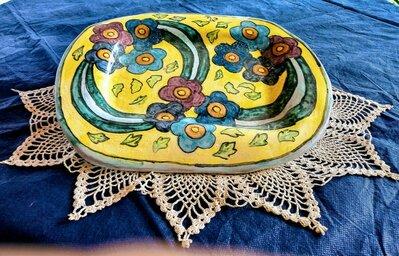 Vassoio svuota tasche ovale irregolare manufatto di ceramica dipinto con 3 gruppi di 4 fiori uniti da nastro