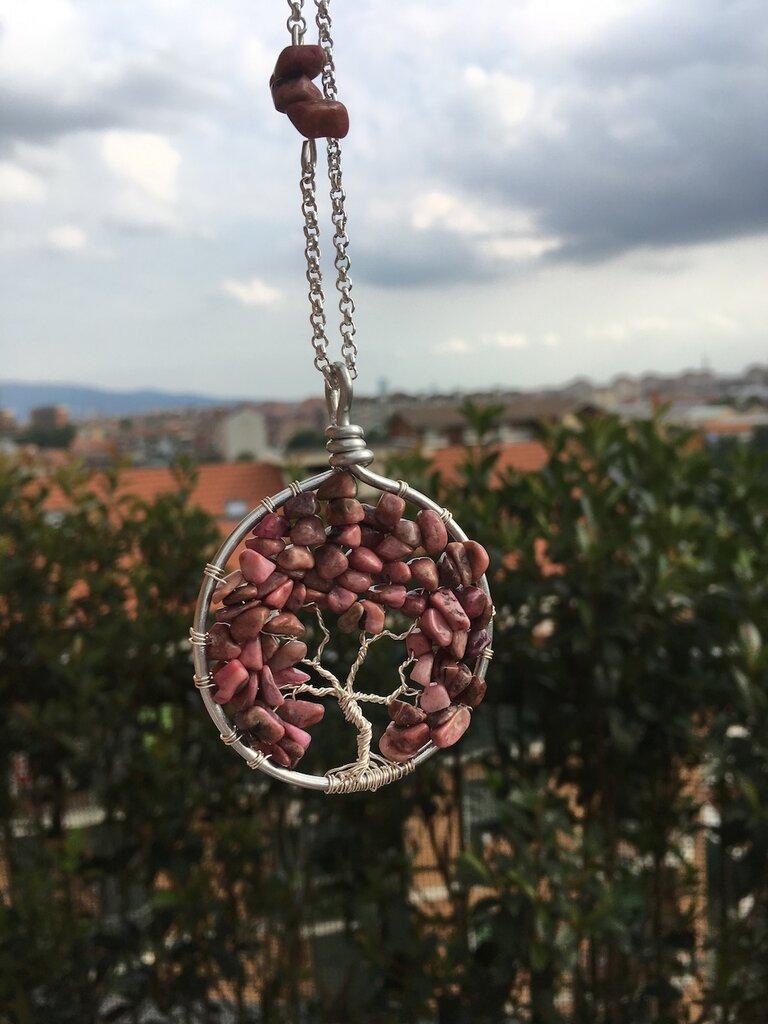Collana con ciondolo albero della vita realizzato con la tecnica wire con filo di rame argentato e pietre dure di rodonite