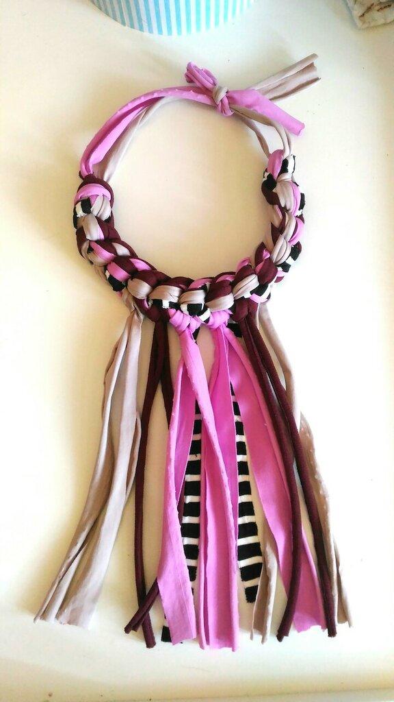 Collana girocollo ad uncinetto in fettuccia di cotone fantasia rosa antico nero ed avorio