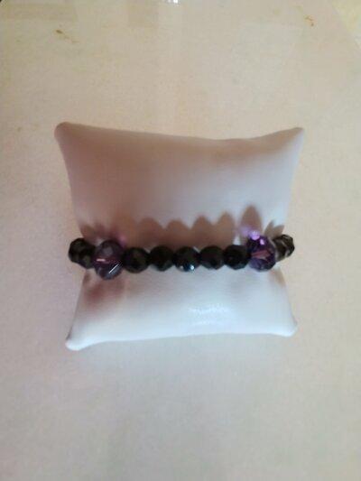 Braccialetto realizzato con perle nere sfaccettate alternate da perle violacee