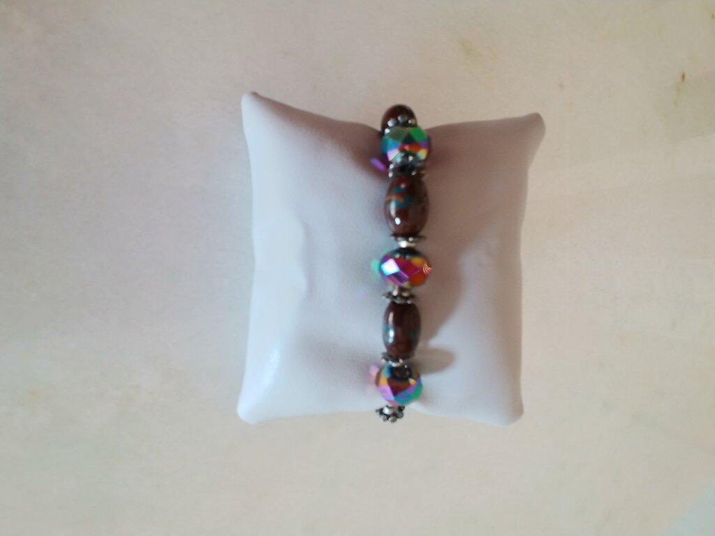 Originale braccialetto realizzato con pietre sfaccettate dai vari colori fluorescenti.