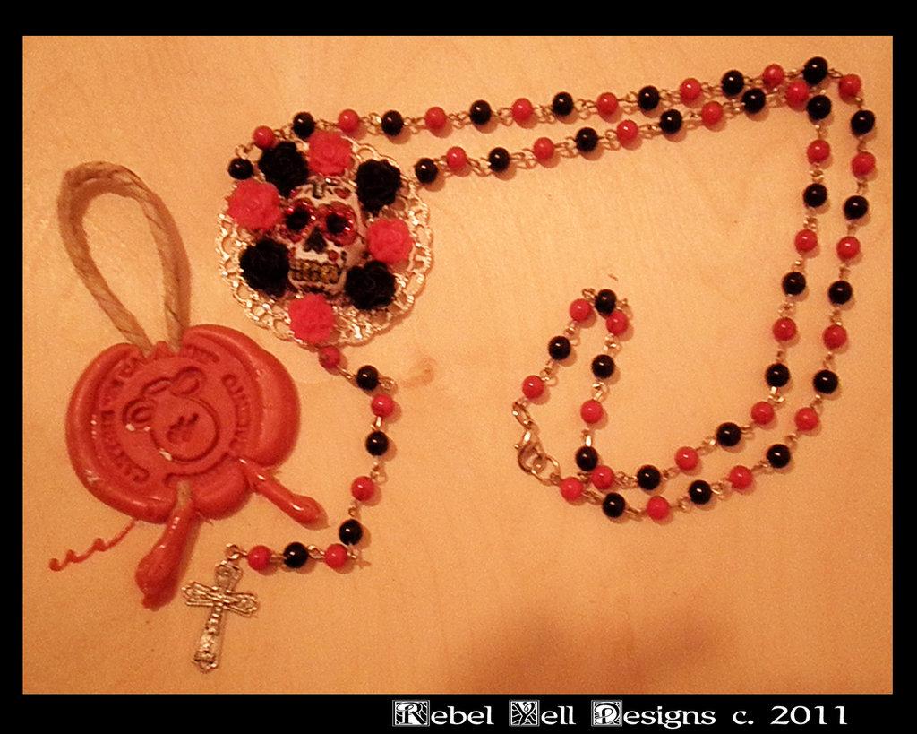 collana tipo rosario con centro a forma di teschio messicano