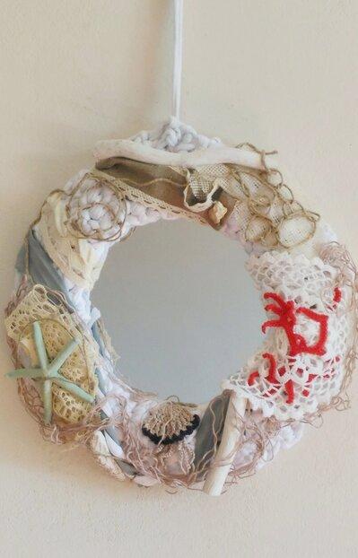 Specchio tondo pezzo unico 40 cm di diametro  lavorato ad uncinetto con fettuccia bianca a cui sono state applicati  legnetti conchiglie ed altre decorazioni tema mare