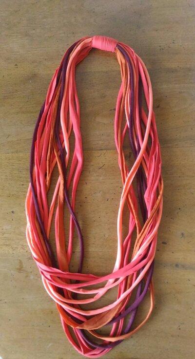 Collana lunga multifilo in fettuccia di luce a nei colori rosso arancio ruggine bordeaux