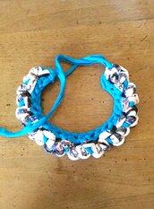 Collana girocollo ad uncinetto in fettuccia di cotone fantasia con rifinitura in fettuccia di lycra color azzurro