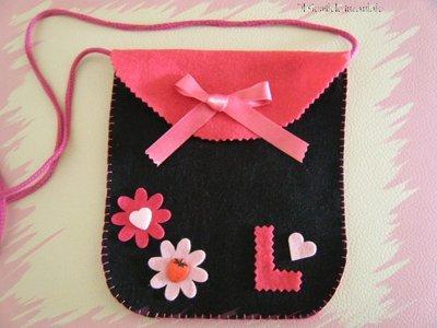 borsetta con iniziale e fiori