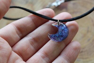 collarino luna con nebulosa viola
