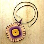 Ciondolo fatto a mano in feltro color panna, lilla e viola con colori a contrasto