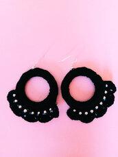 Orecchini in cotone nero con perline bianche creati all'uncinetto