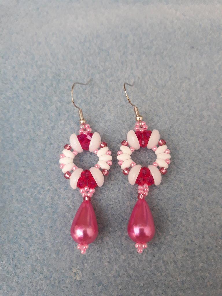 Orecchini pendenti fucsia e bianchi con piggy beads