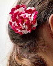 Spilla Un fiore tra i capelli realizzata a mano all'uncinetto (colore rosso sfumato)