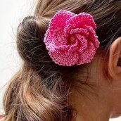Spilla Un fiore tra i capelli realizzata a mano all'uncinetto (colore rosa)