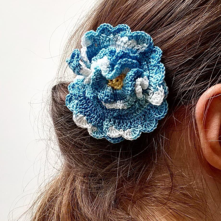Spilla Un fiore tra i capelli realizzata a mano all'uncinetto (colore azzurro sfumato)