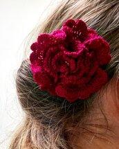Spilla Un fiore tra i capelli realizzata a mano all'uncinetto (colore rosso scuro)