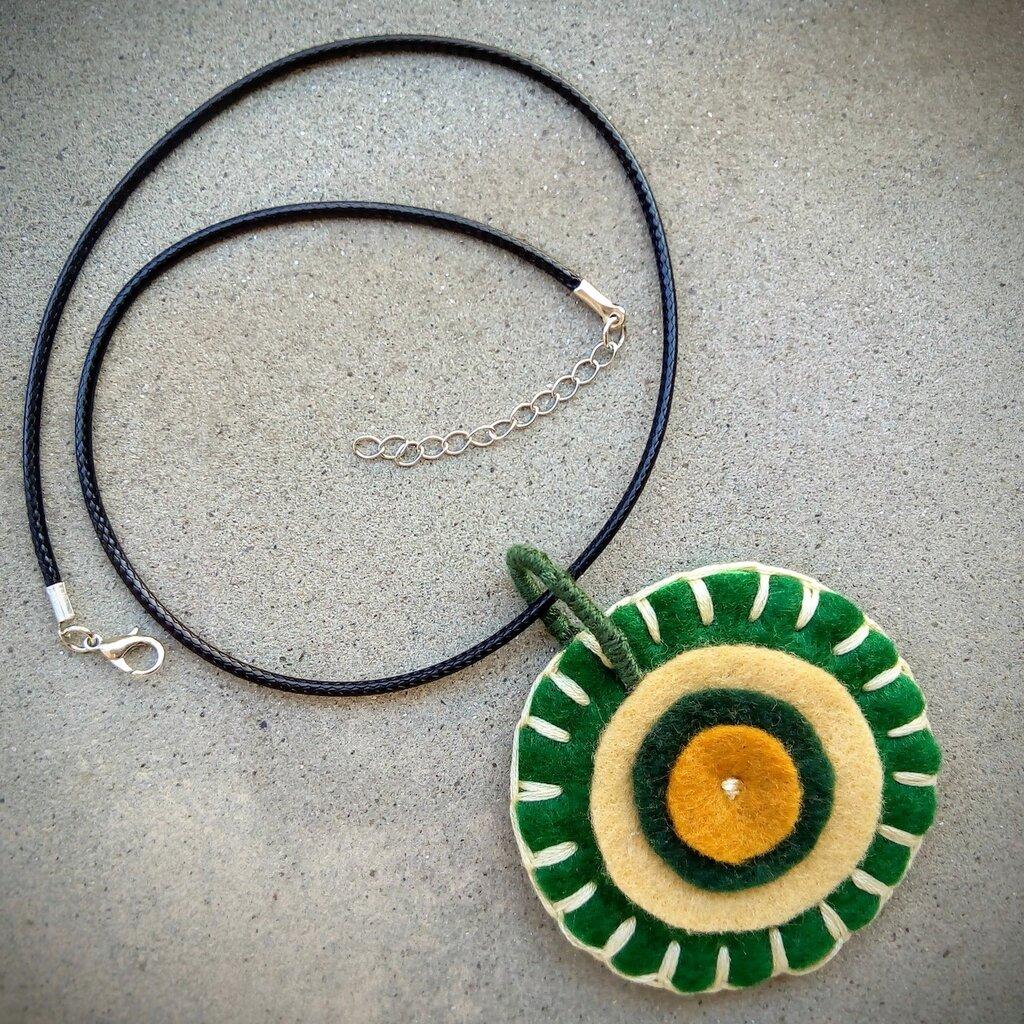 Ciondolo fatto a mano in feltro, due tonalità di verde e di beige