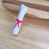 Pergamena Laurea interamente realizzata a mano in pasta FIMO ideale per decorare le vostre bomboniere
