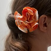 Spilla Un fiore tra i capelli realizzata a mano all'uncinetto (colore arancione sfumato)