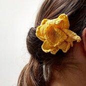 Spilla Un fiore tra i capelli realizzata a mano all'uncinetto (colore giallo)