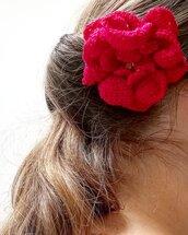 Spilla Un fiore tra i capelli realizzata a mano all'uncinetto (colore rosso)
