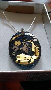 ciondolo resina epodossica con componenti orologi