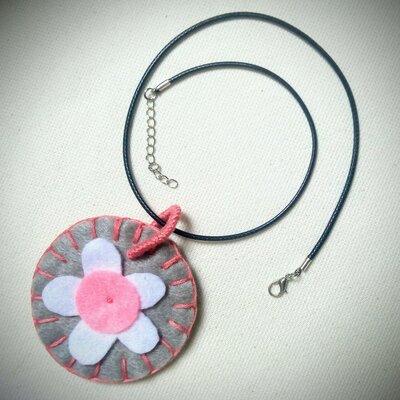 Ciondolo fatto a mano in feltro grigio, rosa e bianco