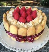 scatola di latta rivestita in feltro, torta charlotte con savoiardi, fragole e panna