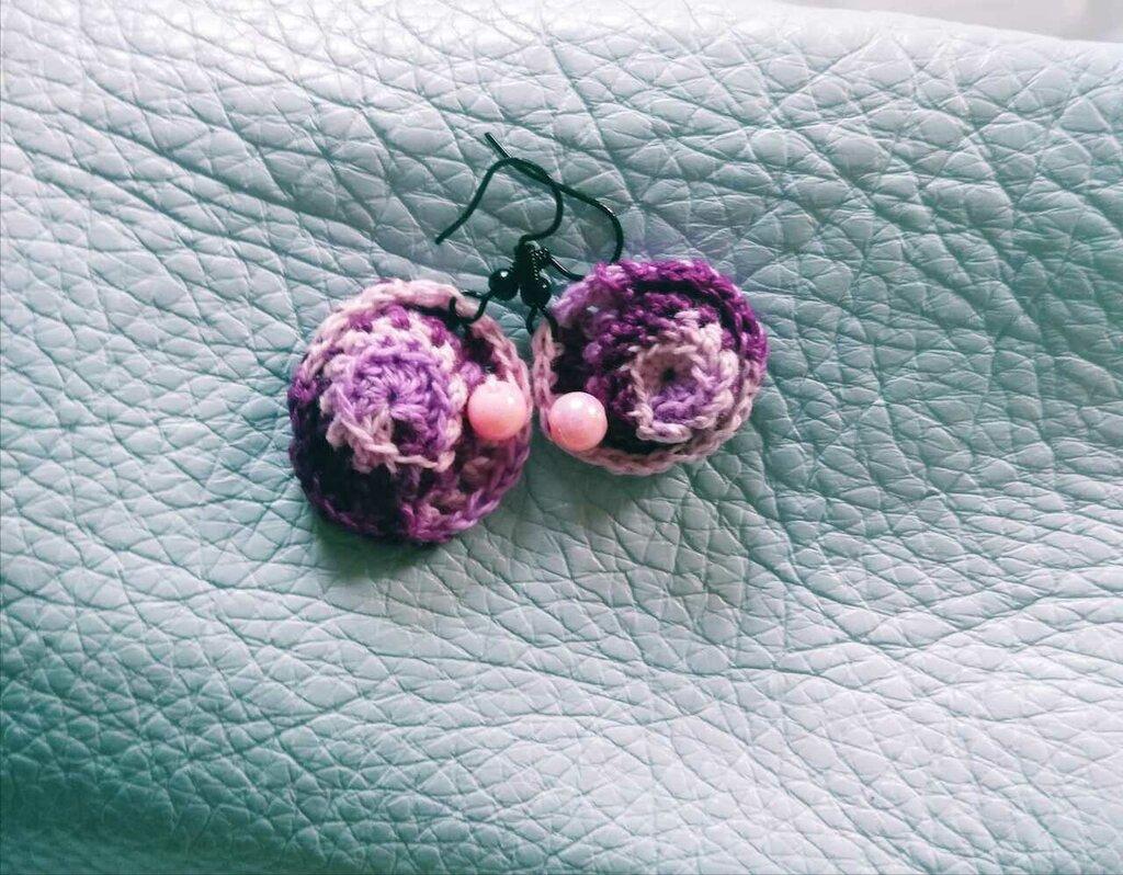 Orecchini Cappellino viola fatti all'uncinetto