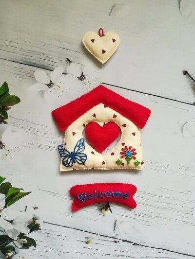 Casetta fuoriporta in pannolenci rossa e bianca con scritta Welcome