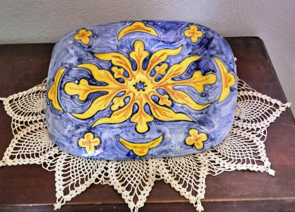 Vassoio porta tutto, svuotatasche soprammobile, manufatto di creta rossa maiolicata dipinto motivo moderno giallo su fondo blu
