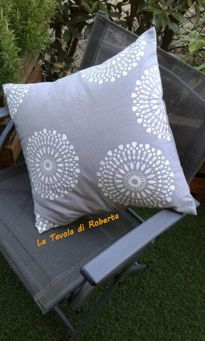 Cuscino con decori a stencil