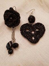 Orecchini pendenti realizzati all'uncinetto con cotone lurex, catena in acciaio e perle di onice e Swarovski originali