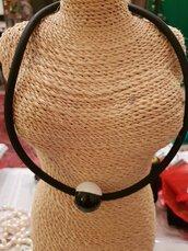 Collana girocollo minimal in caucciù con perla artigianale in ceramica greca e rifiniture in alluminio