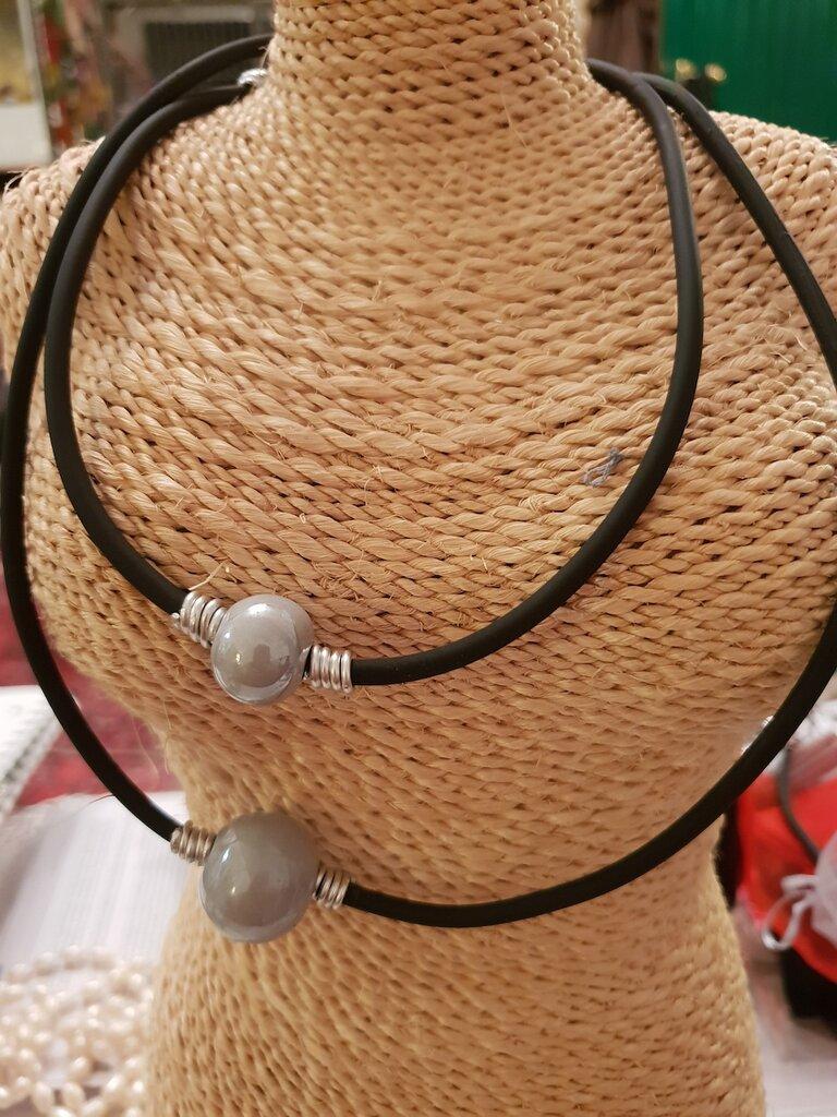 Collana minimal in caucciù, perle in ceramica greca artigianale e rifiniture in alluminio