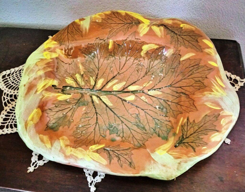Vassoio di ceramica manufatto in creta rossa di forma rettangolare con bordi irregolari con falda, decoro impresso con foglie d'acanto