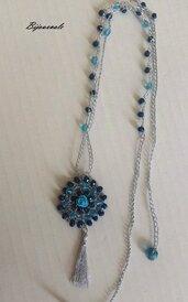 Collana medio- lunga ad uncinetto con cristalli, fatta a mano. Filato di colore argento,cristalli azzurri e blu