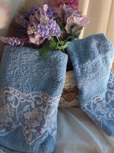 coppia di asciugamani in spugna decorati con pizzo