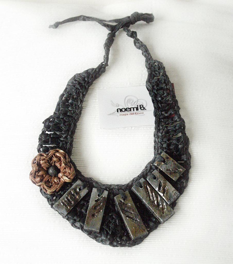 Collana raku nera con fiore