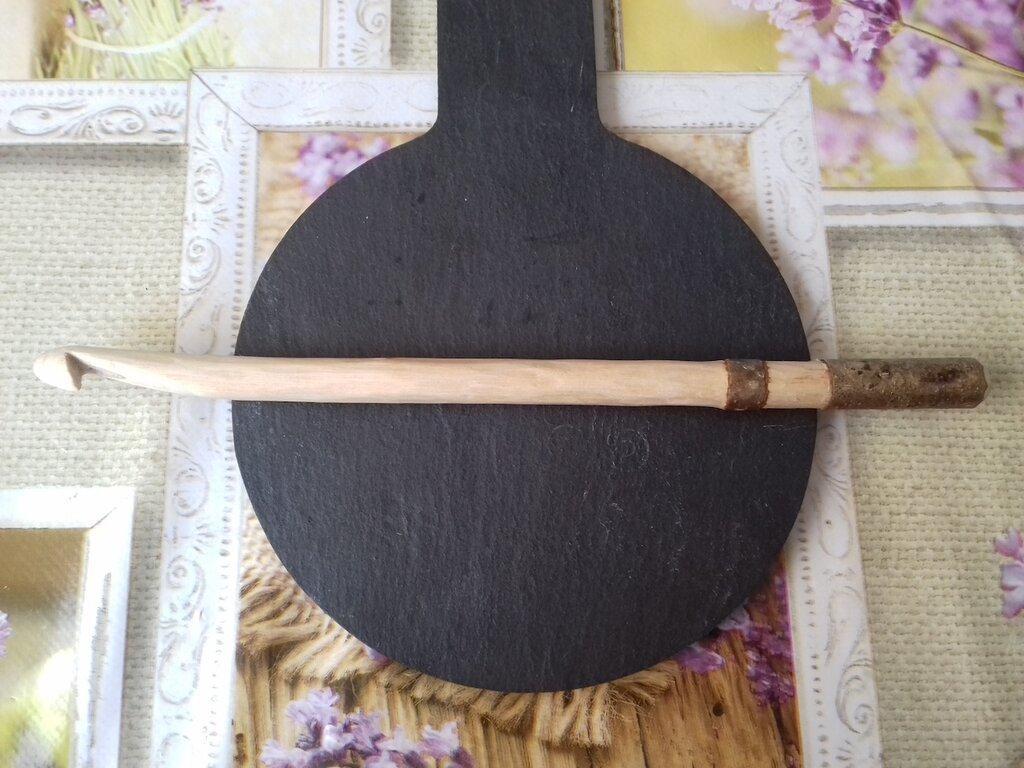 Uncinetto di legno fatto a mano