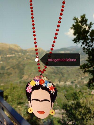 Collana frida kahlo ,con pendente in legno e catena rosario  con cristalli rossi
