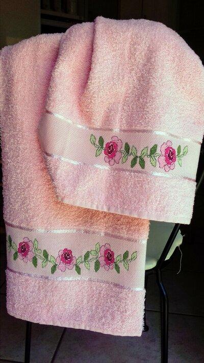 asciugamani rosa con fiori
