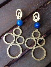 Orecchini pendenti con perni e componenti in zama e pietre dure (agate) azzurre